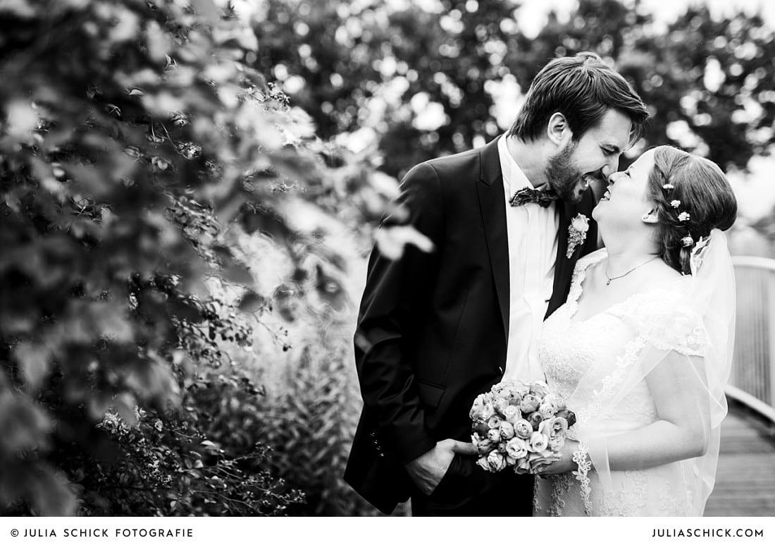 Natürliches Hochzeitsfoto von lachendem Brautpaar im Rosengarten Seppenrade