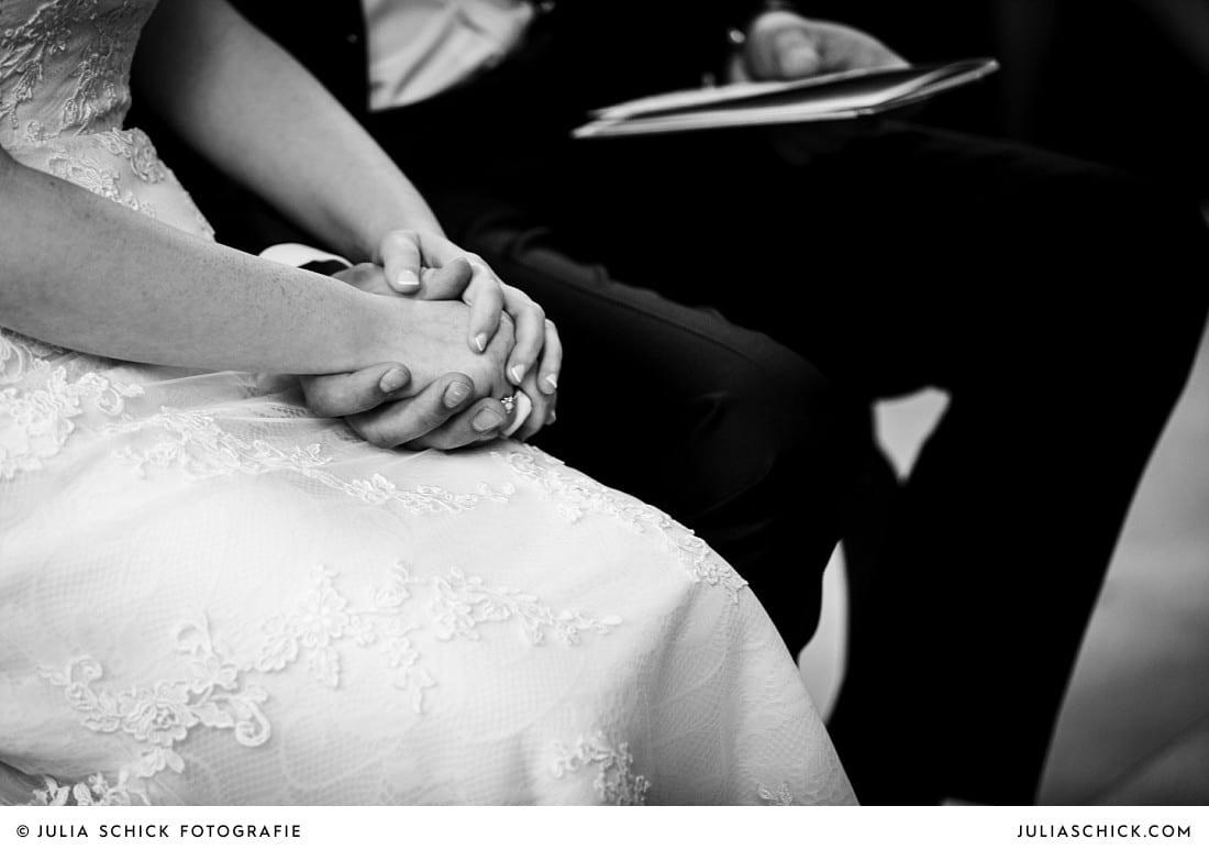 Hände des Brautpaares während einer kirchlichen Trauung in der evangelischen Kirche Lüdinghausen