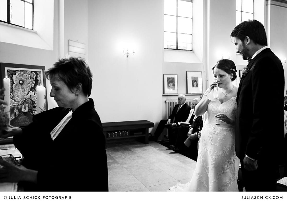 Weinende Braut bei Trauung in der evangelischen Kirche Lüdinghausen