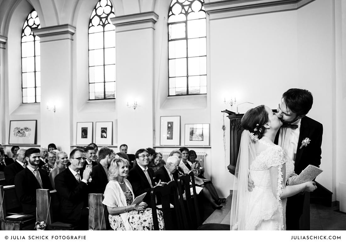 Kuss des Brautpaares nach der Trauung in der evangelischen Kirche Lüdinghausen