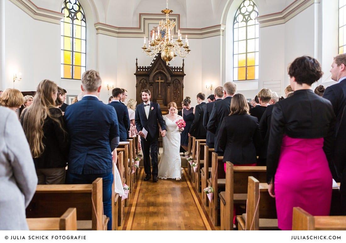 Auszug des Brautpaares nach Hochzeitsmesse in der evangelischen Kirche Lüdinghausen