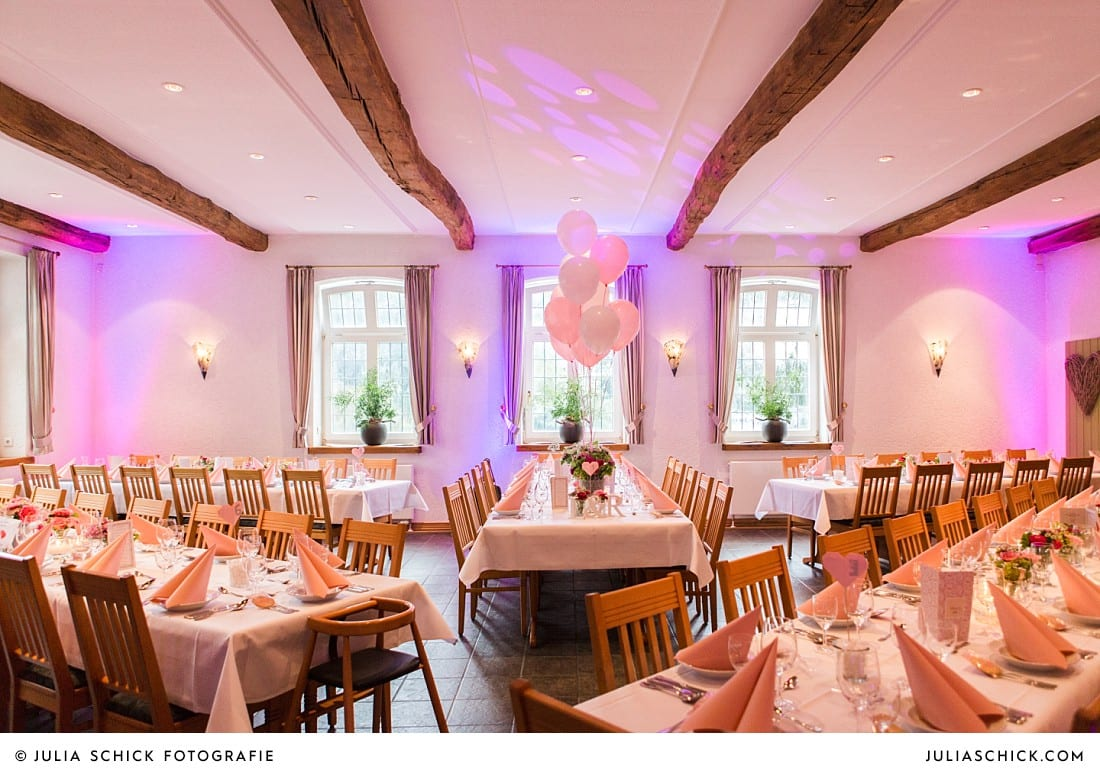 Hochzeitsdekoration bei Hochzeitsfeier auf Frenkings Tenne in Aschberg