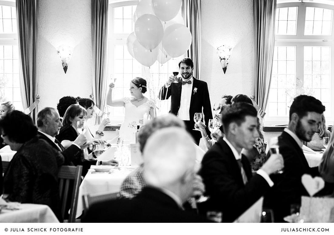 Brautpaar prostet Gästen zu bei Hochzeitsfeier auf Frenkings Tenne in Aschberg