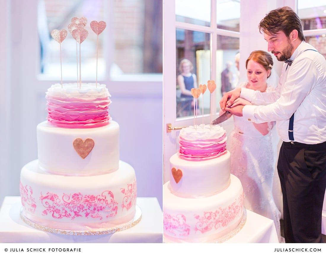 Brautpaar beim Anschnitt der Hochzeitstorte bei Hochzeitsfeier auf Frenkings Tenne in Ascheberg