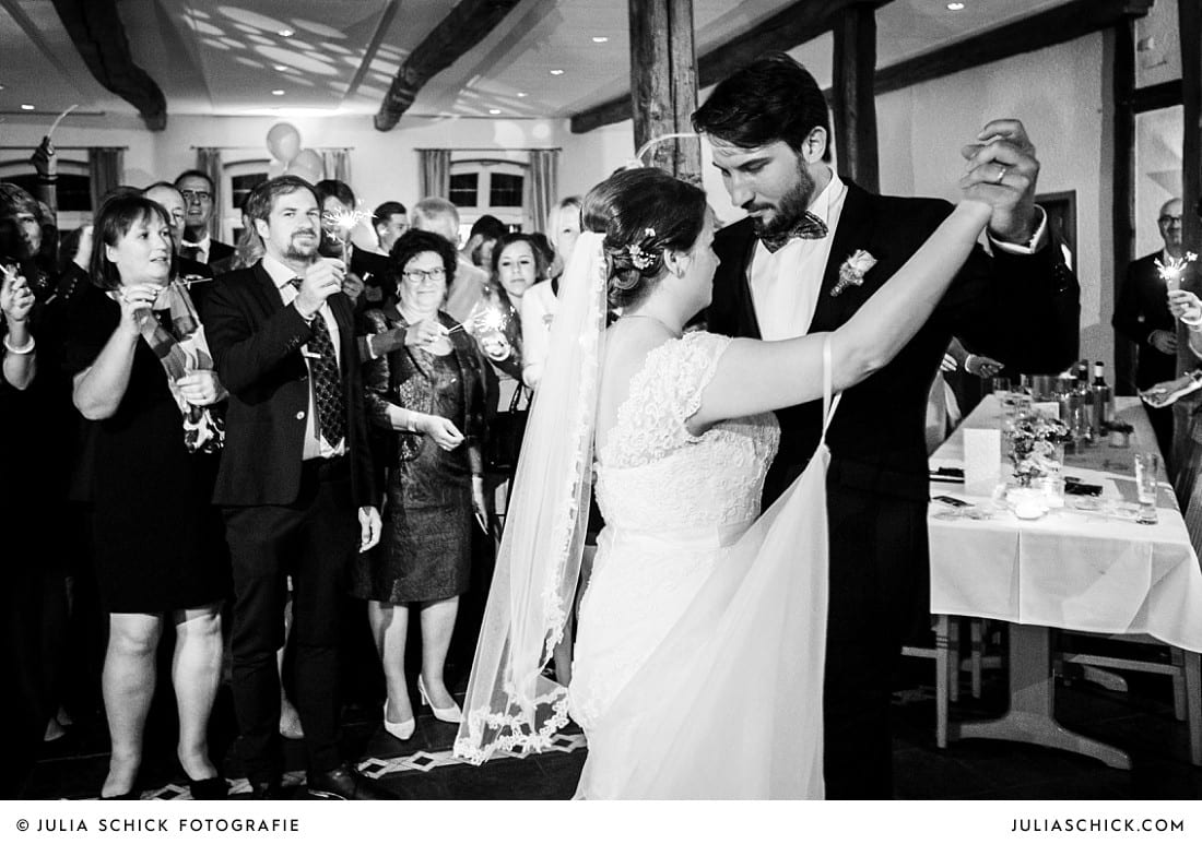 Brautpaar beim Hochzeitstanz bei Hochzeitsfeier auf Frenkings Tenne in Ascheberg