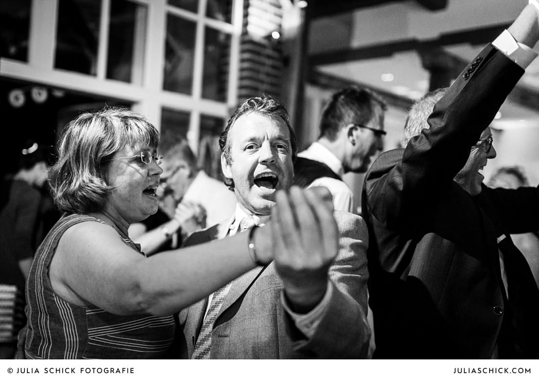 Tanzende Hochzeitsgäste bei Hochzeitsfeier auf Frenkings Tenne in Ascheberg