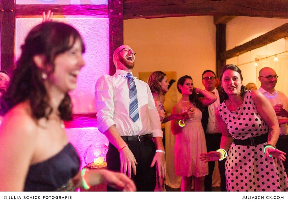Feiernde und tanzende Hochzeitsgäste bei Hochzeitsfeier auf Frenkings Tenne in Ascheberg