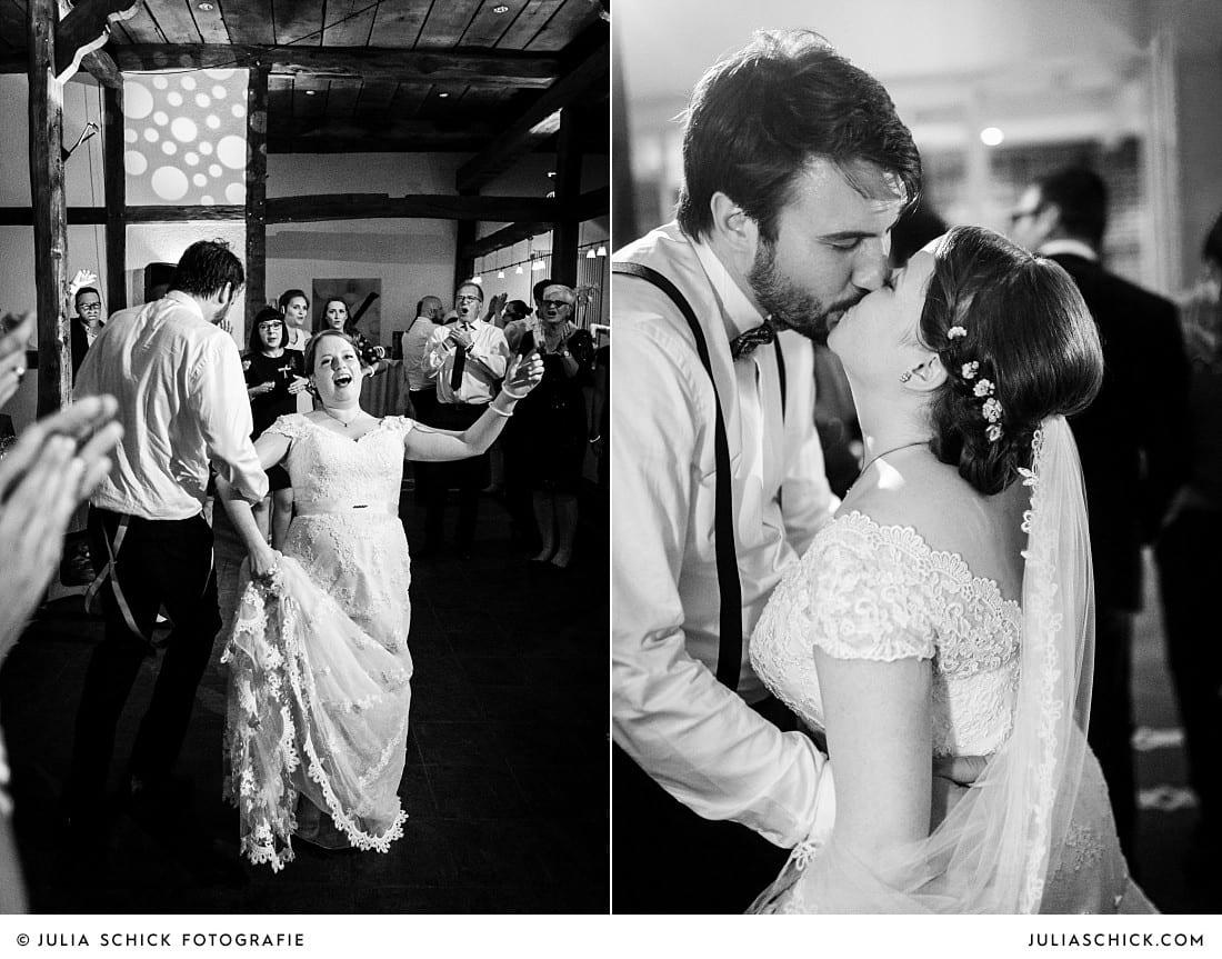 Ausgelassen tanzendes und küssendes Brautpaar bei Hochzeitsfeier auf Frenkings Tenne in Ascheberg