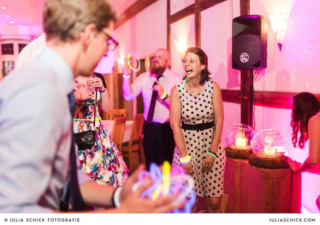 Feiernde Hochzeitsgäste bei Hochzeitsfeier