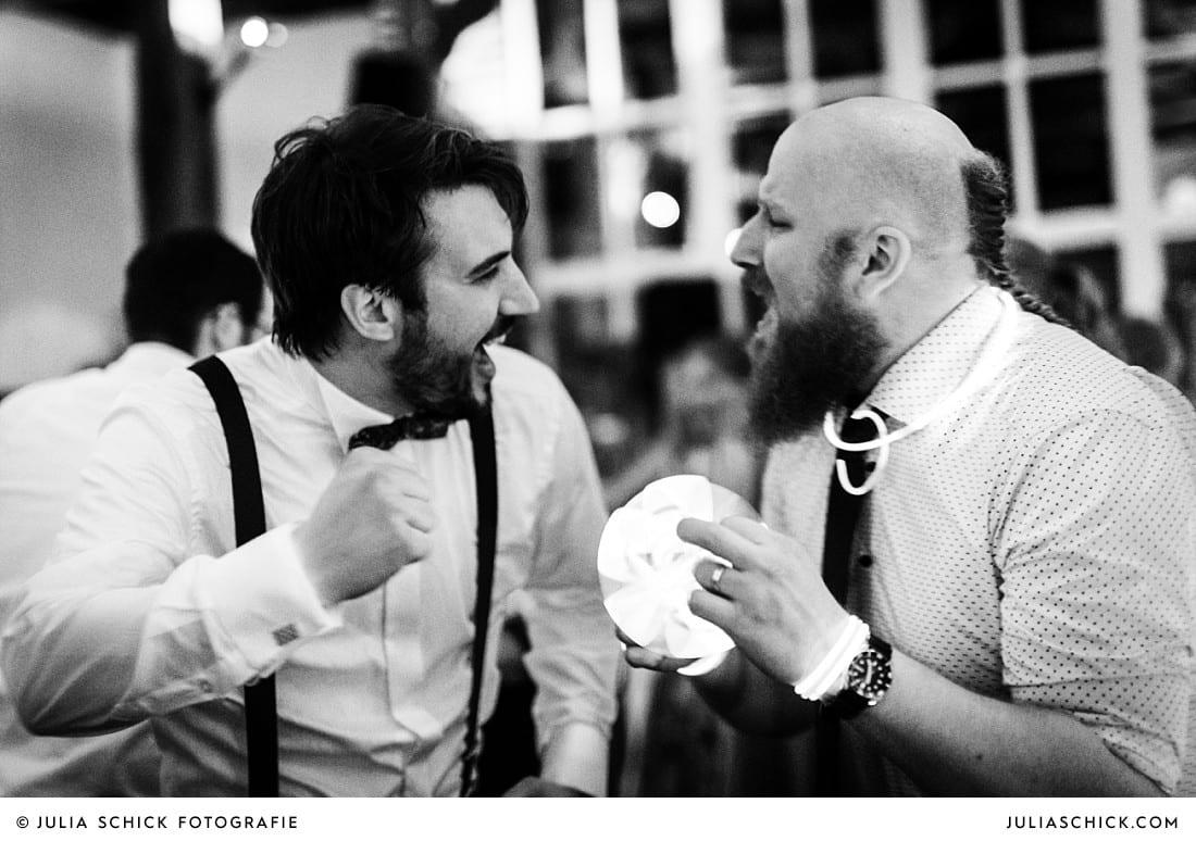 Bräutigam und Hochzeitsgast bei Hochzeitsfeier auf Frenkings Tenne in Lüdinghausen