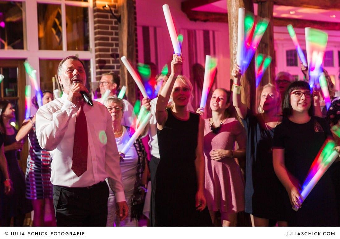Gast singt Lied in Menge feiernder Gäste bei bei Hochzeitsfeier auf Frenkings Tenne in Lüdinghausen