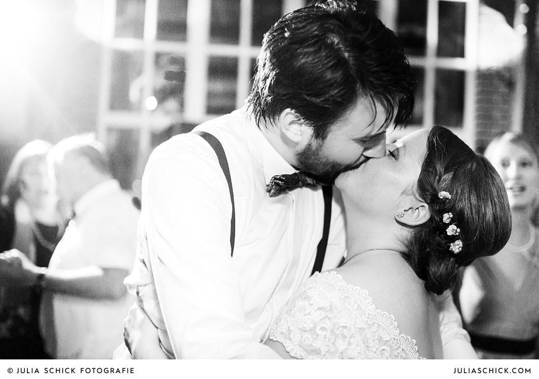 Küssendes Brautpaar bei Hochzeitsfeier auf Frenkings Tenne in Lüdinghausen