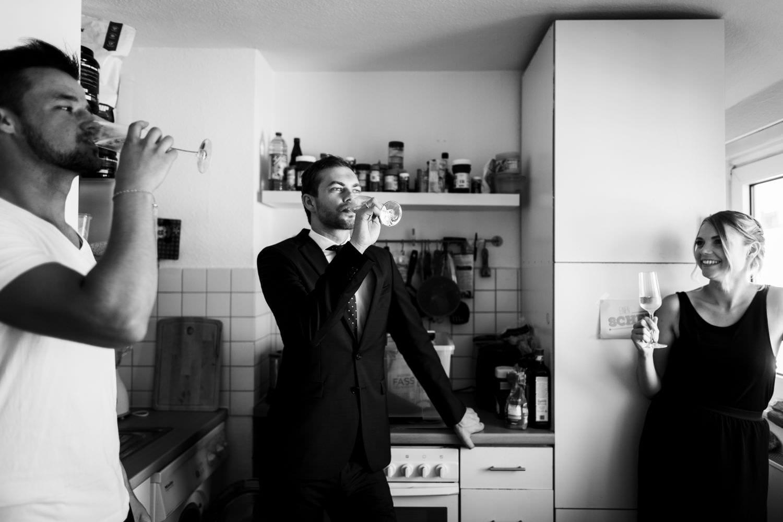 Schwarz-weiß Foto aus Hochzeitsreportage beim Gettting Ready des Bräutigams in Münster