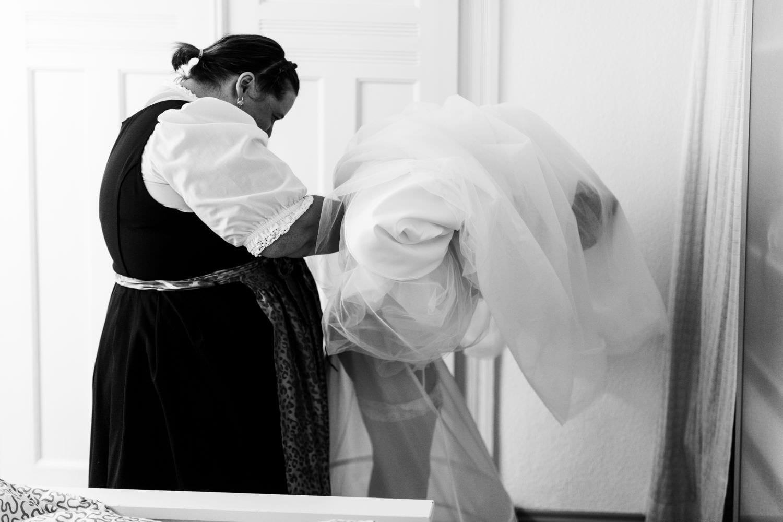 Trauzeugin hilft Braut bei Hochzeit in Münster ins Kleid