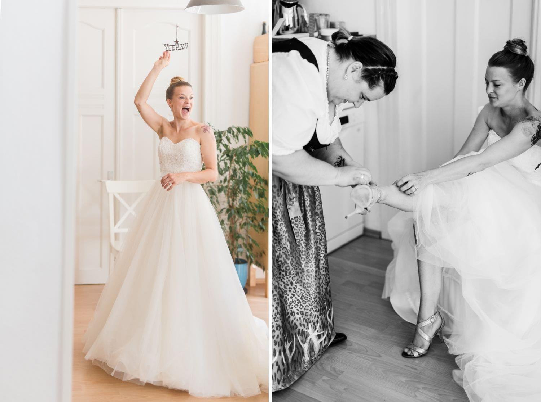 Braut steht unter mobile und freut sich darüber