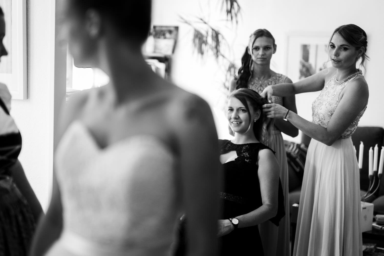 Braut dreht sich vor Trauzeugin und lässt sich bewundern