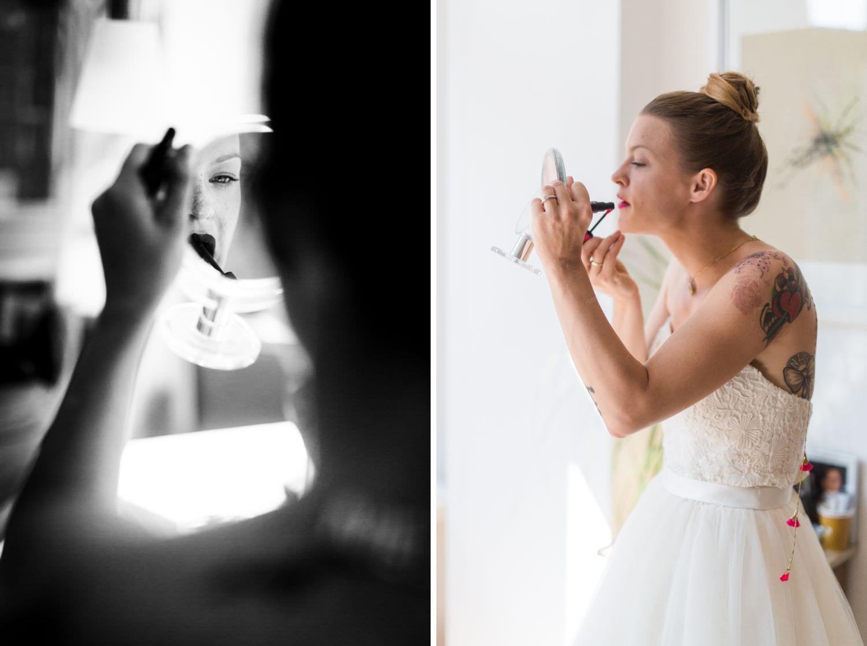 Braut blickt in einen Spiegel und zieht sich Lippenstift nach