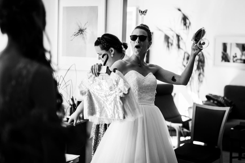Braut mit Sonnenbrille bricht zur Kirche auf