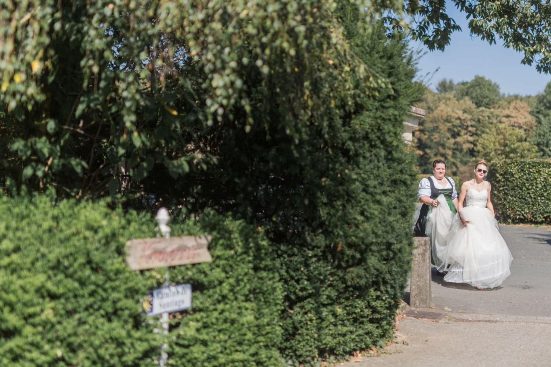 Braut bei der Ankunft an der Kirche kurz vor First Look