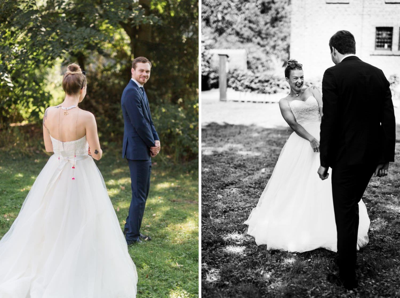 Bräutigam dreht sich beim First Look zu seiner Braut um