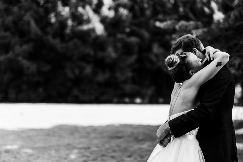 Braut und Bräutigam umarmen sich beim First Look