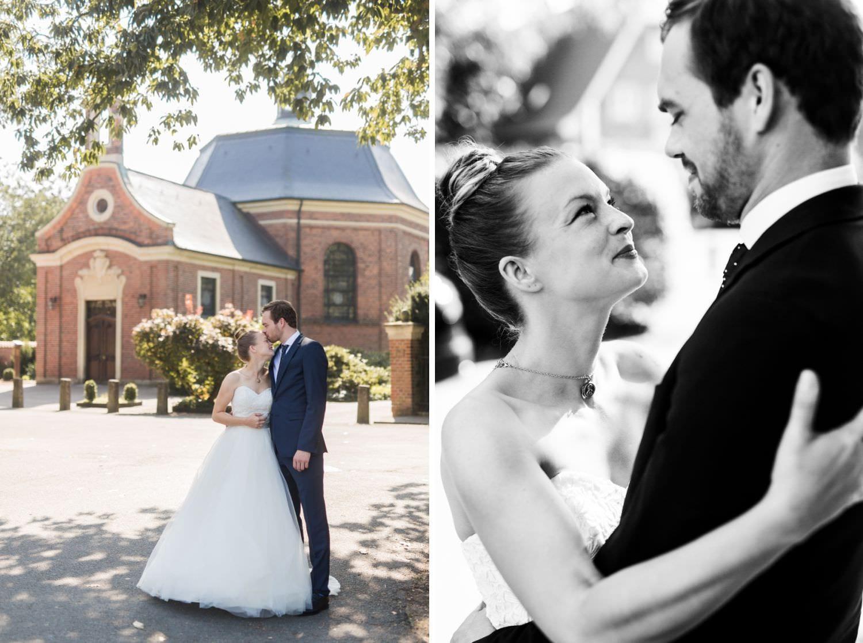 Braut und Bräutigam küssen sich beim Hochzeitsfotoshooting vor der Dyckburgkirche in Münster