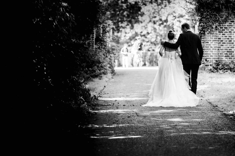 Hochzeitspaar auf dem Weg zur Trauung in der Dyckburgkirche