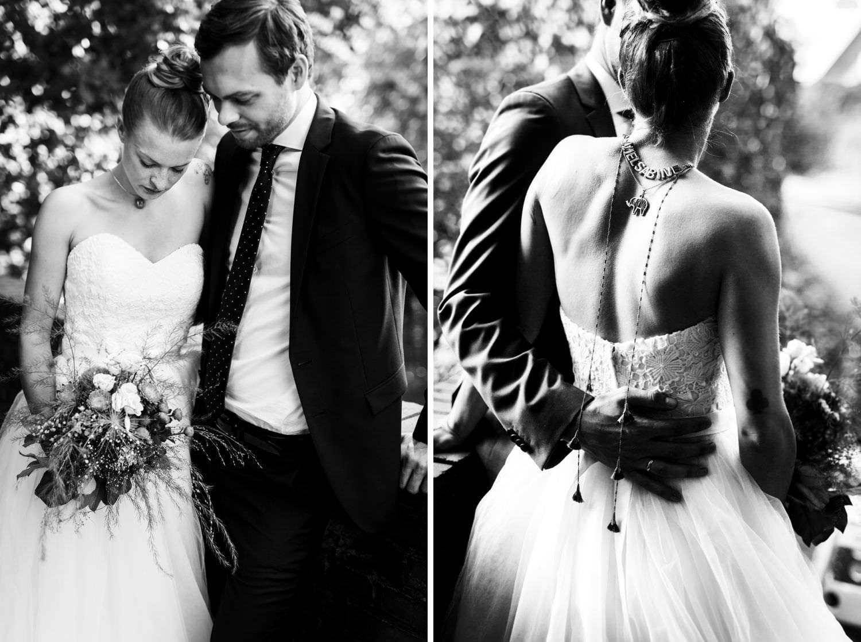 Brautpaar bei Hochzeitsfotoshooting im Wald in Münster, Rücken der Braut