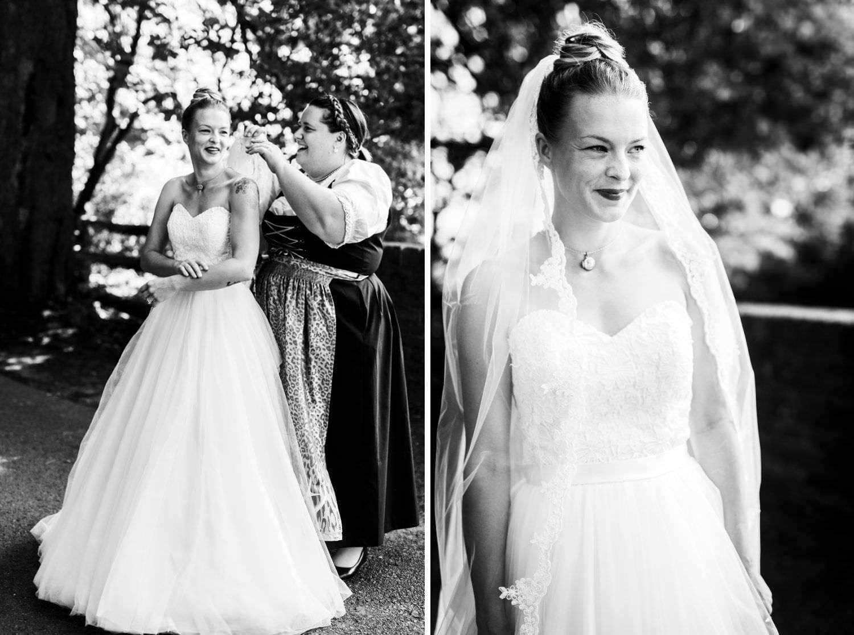 Trauzeugin richtet Braut vor der Trauung in der Dyckburgkirche den Schleier