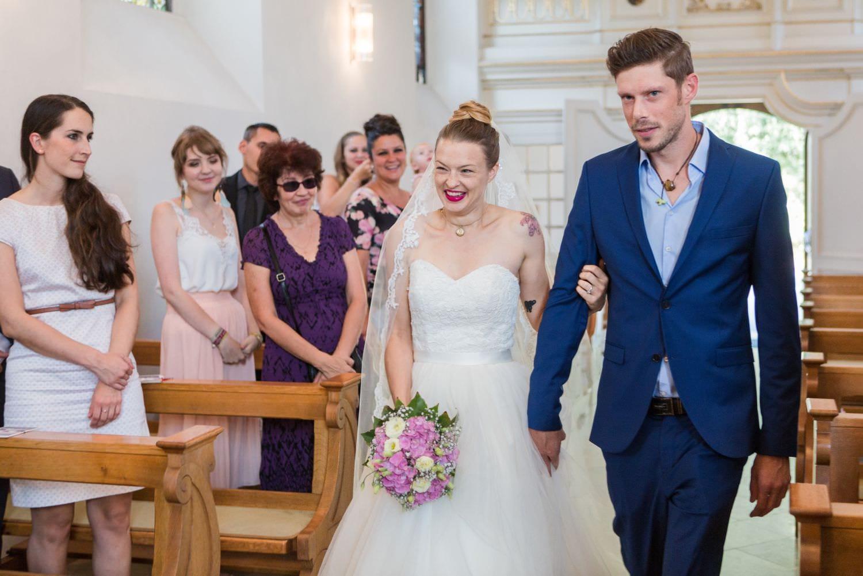 Braut zieht mit Bruder in die Dyckburgkirche zu kirchlicher TRauung ein