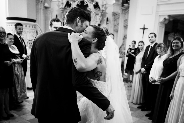 Braut umarmt Bruder bei kirchlicher Trauung in der Dyckburgkirche