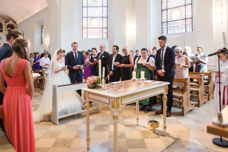 Brautpaar und Hochzeitsgesellschaft vor dem Altar in der Dyckburgkirche in Münster Handorf