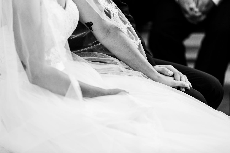 Hände eines Brautpaares bei kirchlicher Trauung ind er Dyckburgkirche Münster