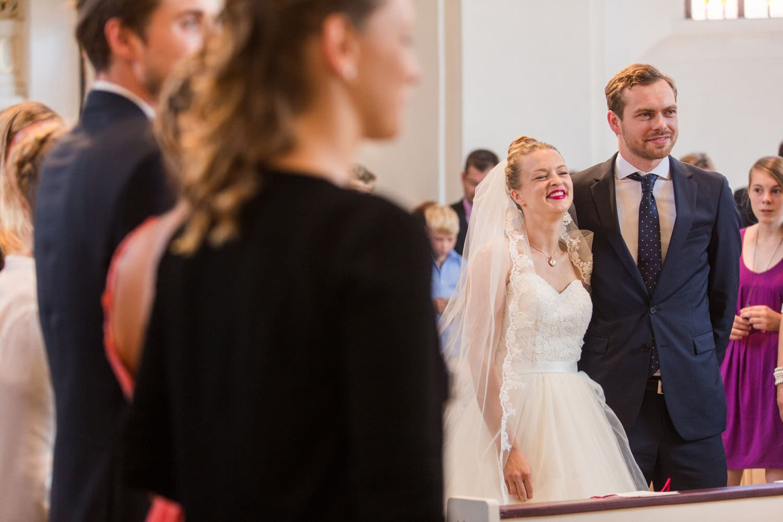 Lachendes Brautpaar in der Dyckburgkirche in Münster