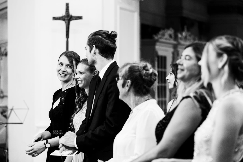 Fröhliche Hochzeitsgäste bei kirchlicher Trauung in der Dyckburgkirche in Münster Handorf