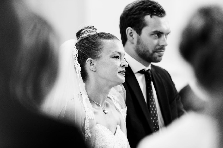 Brautpaar hört in der Dyckburgkirche in Münster andächtig der Trauung zu