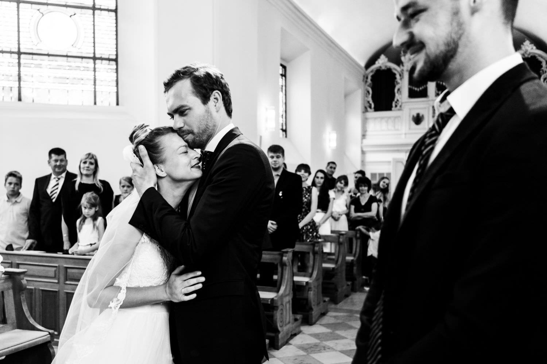 Brautpaar umarmt sich bei kirchlicher Trauung in der Dyckburgkirche in Münster Handorf
