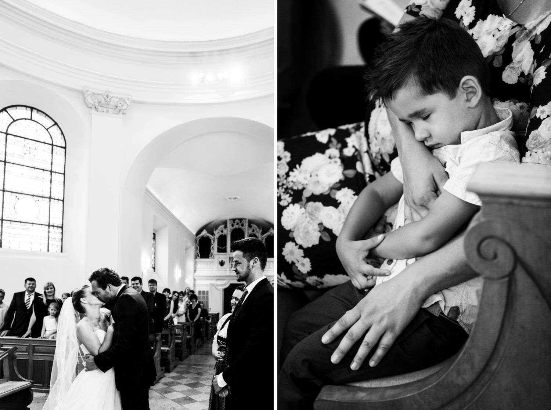 Kind schläft im Arm seiner Mutter bei kirchlicher Trauung in der Dyckburgkirche