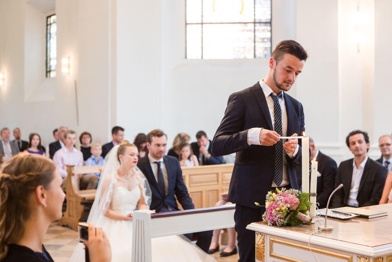 Trauzeuge entzündet Hochzeitskerze am Altar in der Dyckburgkirche in Münster