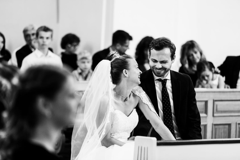 Lachendes Hochzeitspaar bei kirchlicher Trauung in der Dyckburgkirche in Münster