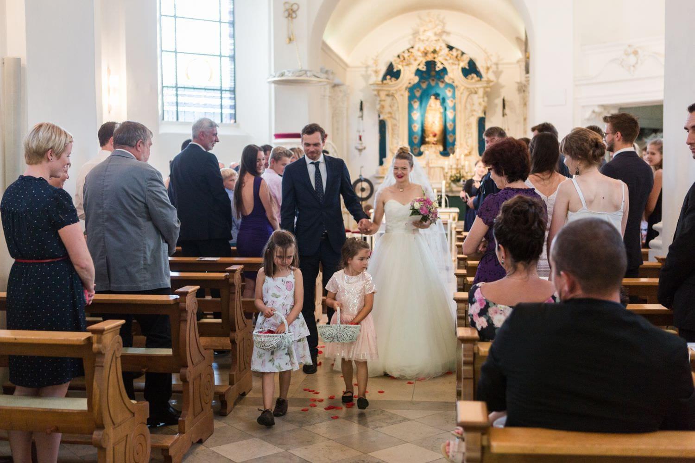 Auszug des Brautpaares mit Blumenkindern in der Dyckburgkirche in Münster