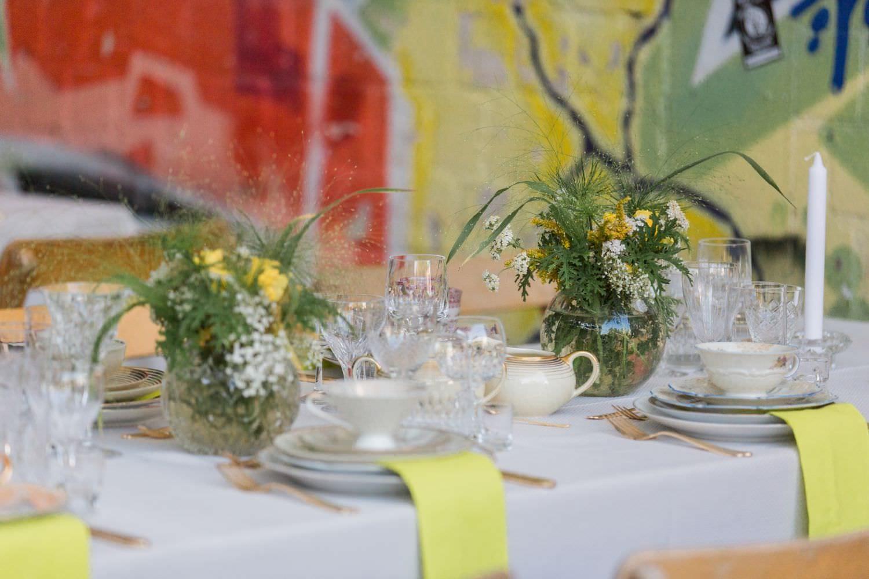 Gedeckter Hochzeitstisch mit Vintage Geschirr vor dem Skaters Palace in Münster