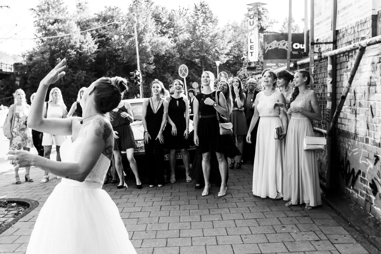 Brautstraußwurf vor dem Skaters Palace in Münster
