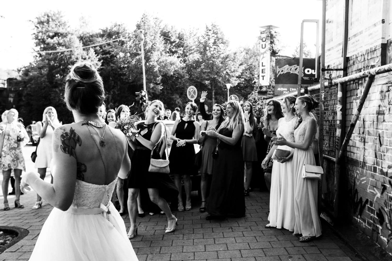 Brautstrauß wurf vor dem Skaters Palace in Münster