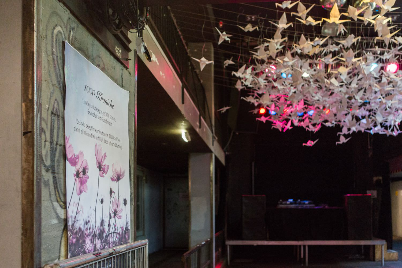 1000 Kraniche über der Tanzfläche bei Hochzeitsfeier im Skaters Palace in Münster