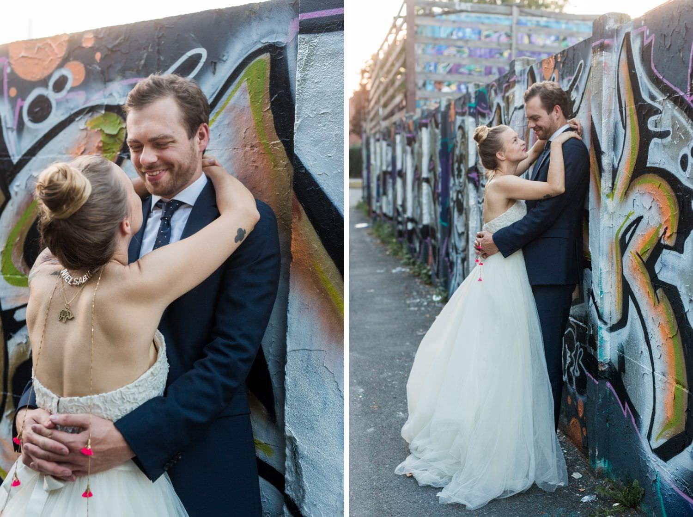 Brautpaar bei Hochzeitsfotoshooting vor Mauer mit Graffiti am Skaters Palace in Münster
