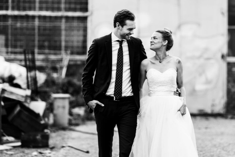 Tätowierte Braut und Bräutigam mit Bart bei Hochzeitsfotoshooting in Münster am Skaters Palace