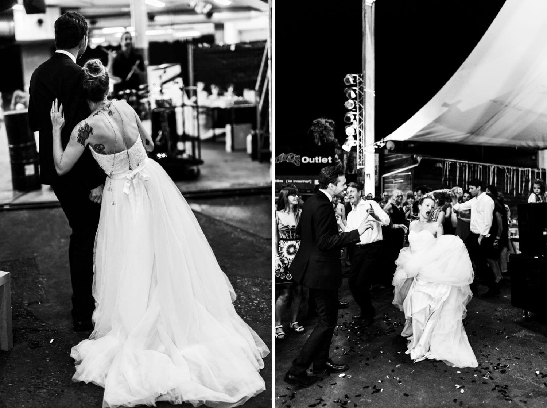 Braut lehnt sich bei Hochzeitsfeíer an ihren Ehemann und tanzt dann begeistert