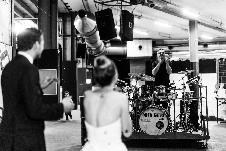 Schlagzeuger Oded Kafri spielt vor begeistertem Brautpaar bei Hochzeitsfeier im Skaters Palace in Münster
