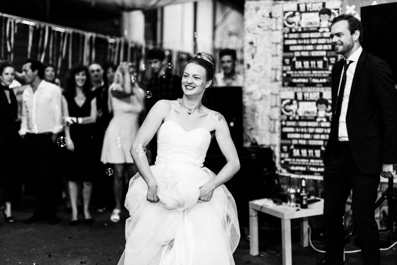 Braut tanzt umgeben von Seifenblasen bei Hochzeitsfeier vor dem Skaters Palace in Münster